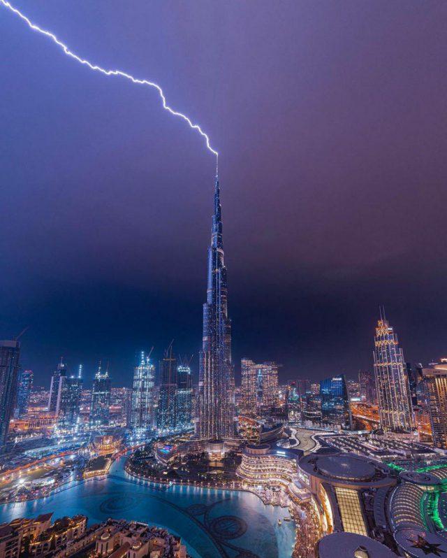صاعقة تضرب أعلى ناطحة سحاب في الإمارات... صور