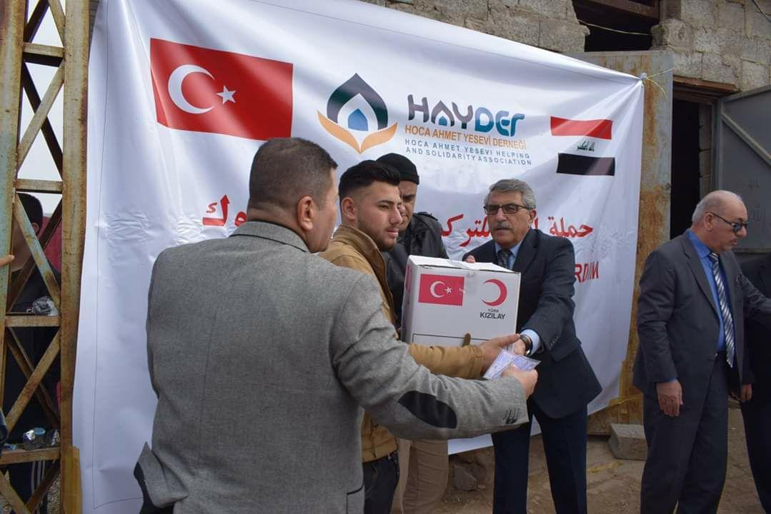 Türk Kızılayı, Kerkük'teki Türkmen göçmenlere yardım kolileri dağıttı.