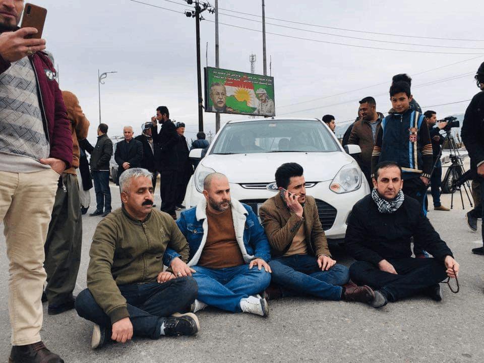بالصور.. متظاهرون يقطعون طريقاً في السليمانية